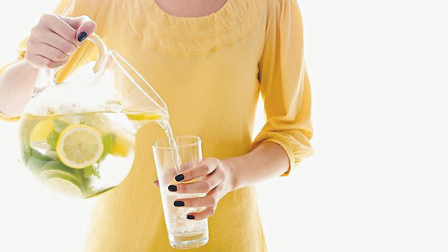 Teplá voda s citrónem